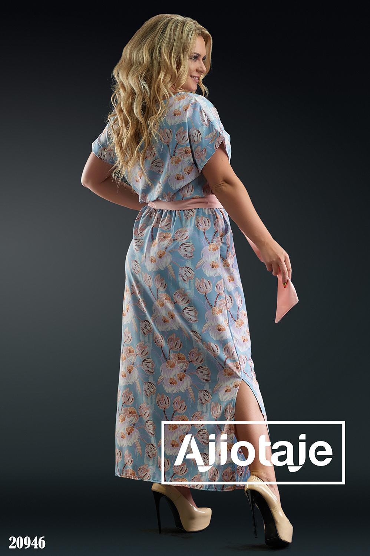 Платье голубого цвета с декольте на пуговках
