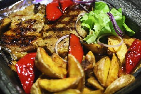 Жареные стейки из шеи (свинина) с картофелем и сладким перцем