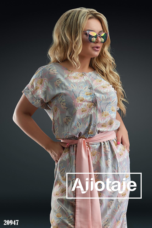 Платье бежевого цвета с декольте на пуговках