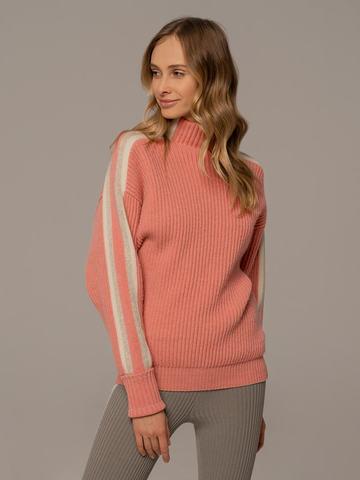Женский джемпер кораллового цвета с контрастными полосами - фото 1