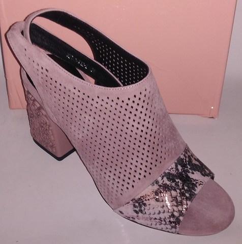 Розовые велюровые босоножки на устойчивом декоративном каблуке
