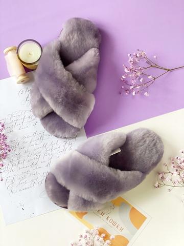 Меховые тапочки сиреневого цвета с перекрестными шлейками
