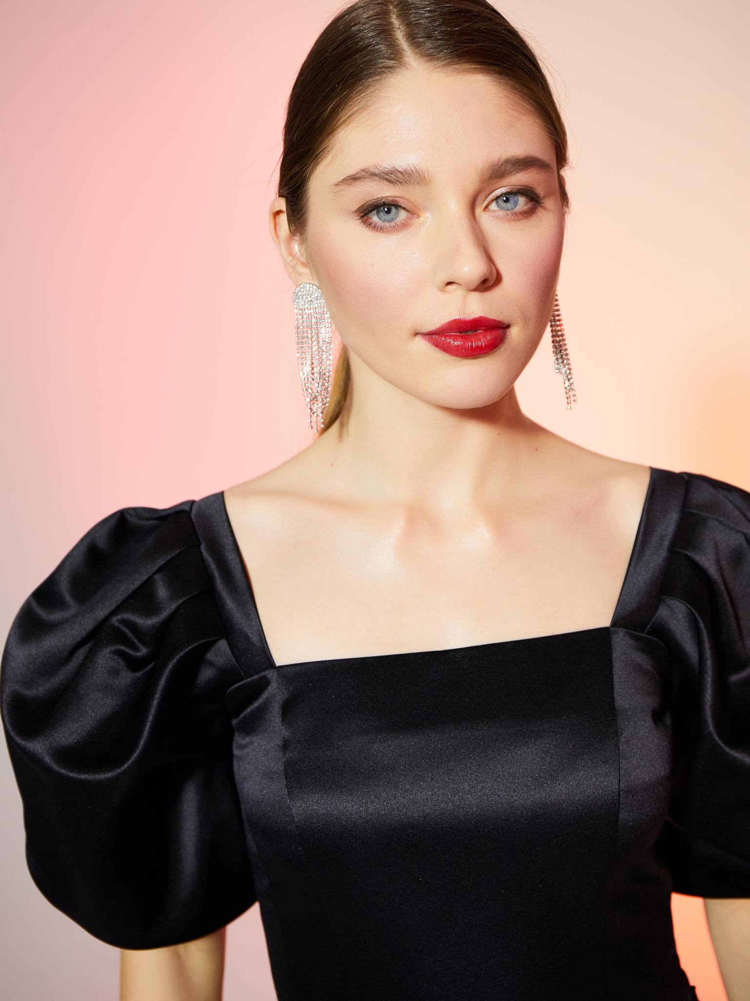 Корсетная блуза из атласа с пышным рукавом  (черный)