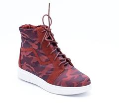 Бордовые ботинки на высокой шнуровке и контрастной подошве