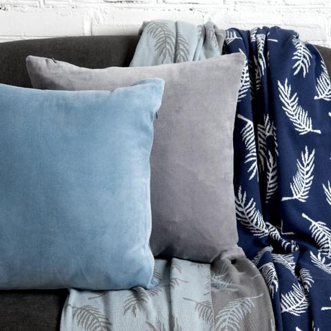 Подушка декоративная из хлопкового бархата светло-синего цвета из коллекции Essential, 45х45 см