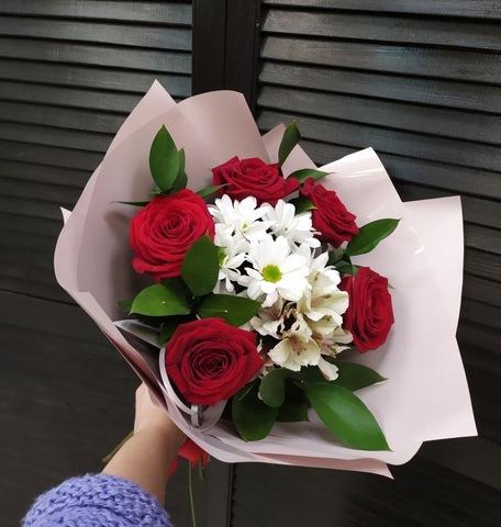 Букет из красных роз, хризантем и альстромерии #29447