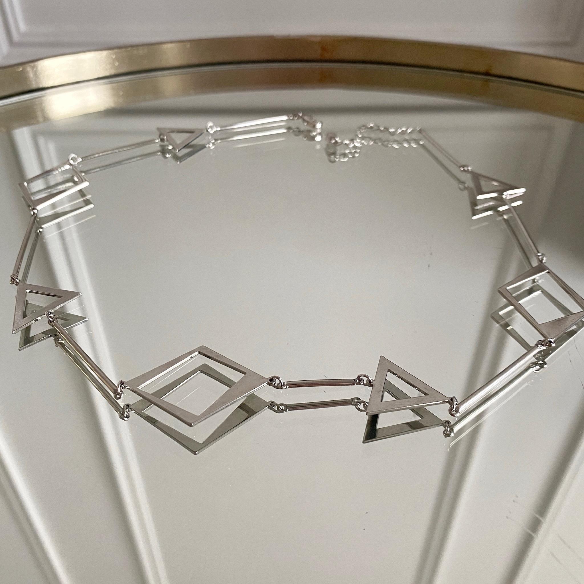 Колье c контурными геометричными вставками (серебристый)