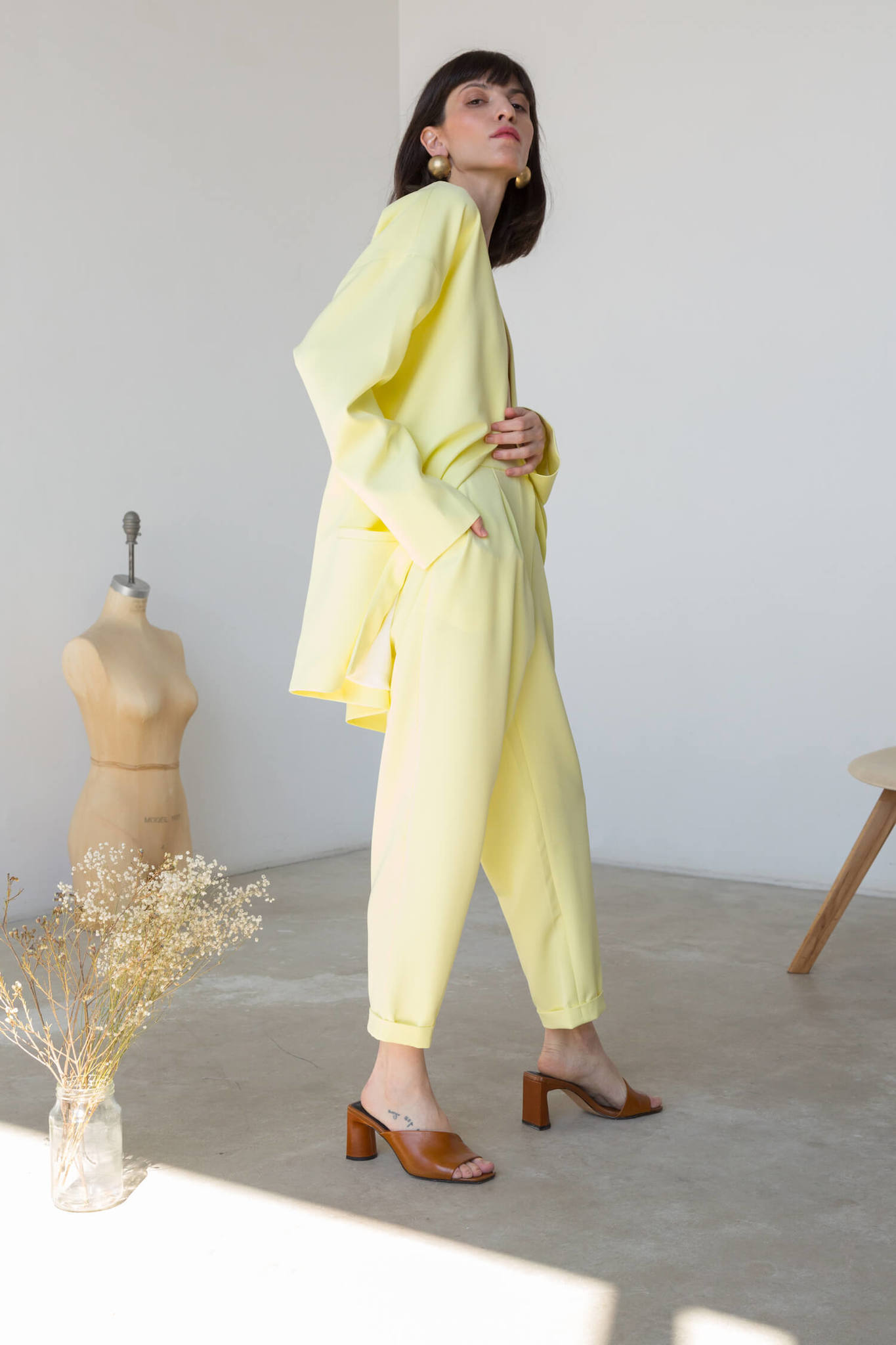Брюки-дудочки с защипами, светло-желтые