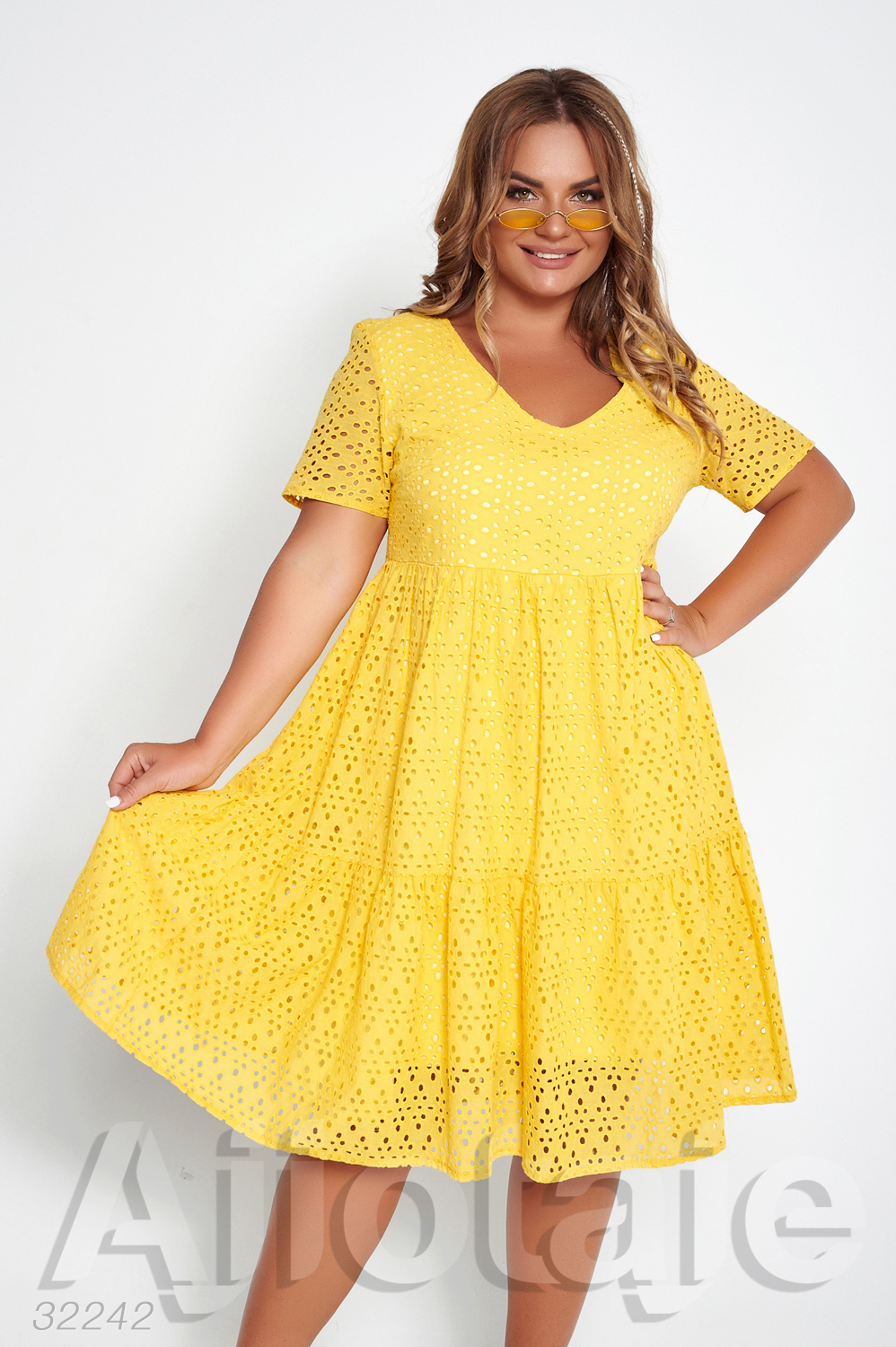 Желтое платье из прошвы с коротким рукавчиком