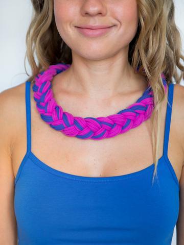 Бусы из трикотажной пряжи ягодно-фиолетовые с синим (мелкое плетение)