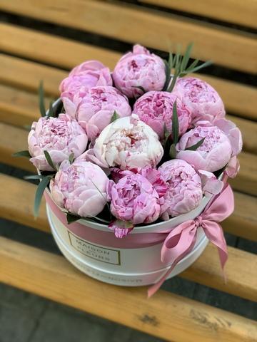 11 розовых пионов в коробке