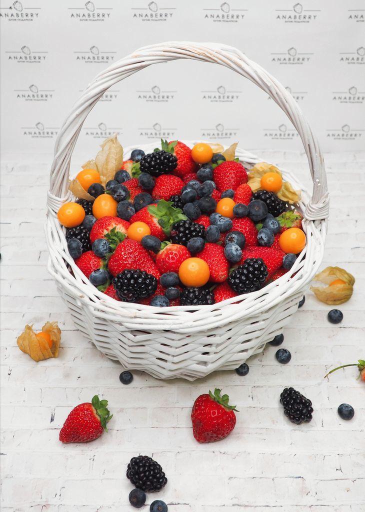 Корзинка со свежими ягодами