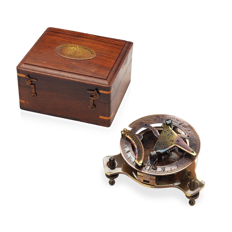 Старинный компас с солнечными часами