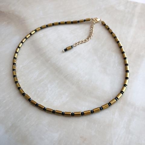Колье- чокер, из золотого гематита и черных нат.бусин