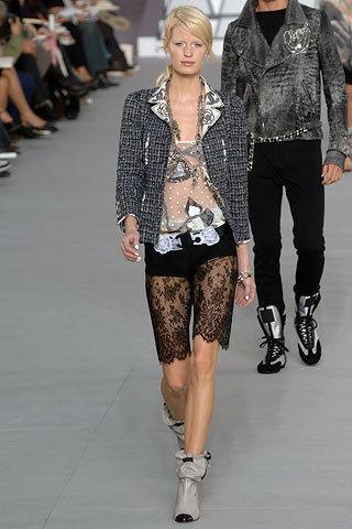 Красивый твидовый костюм с камелиями от Chanel, 36 размер