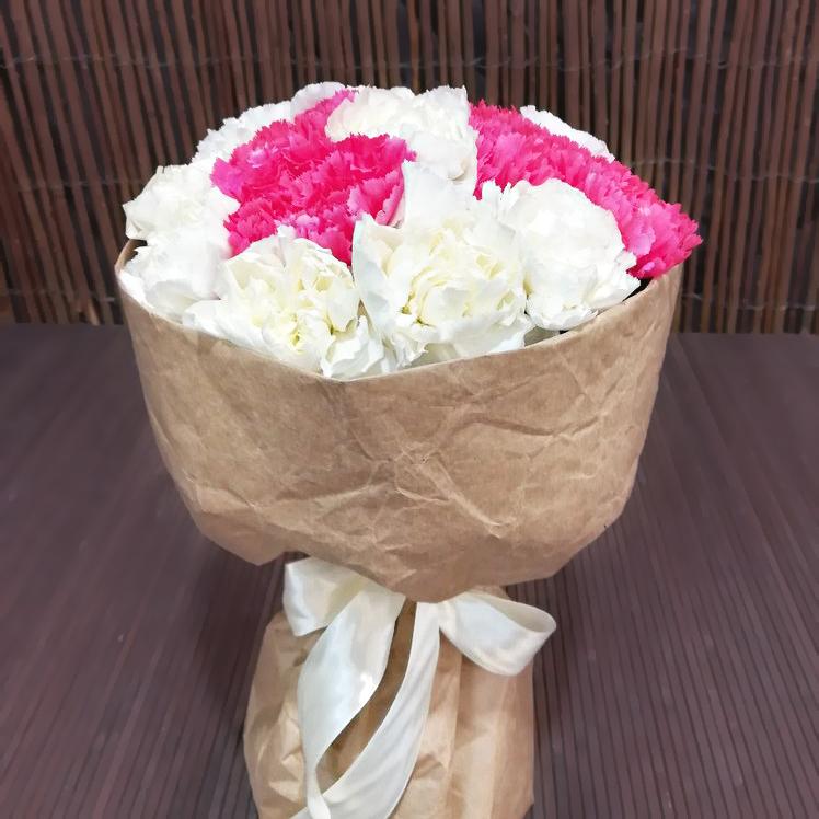Купить букет из белой и розовой гвоздики в Перми 11шт