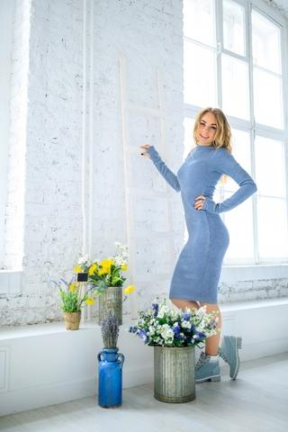 Платье шерстяное с вырезом лодочка серо-голубое