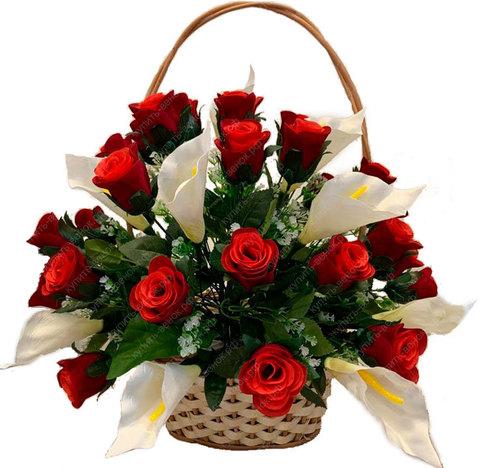 Плетеная корзина с искусственными розами и каллами