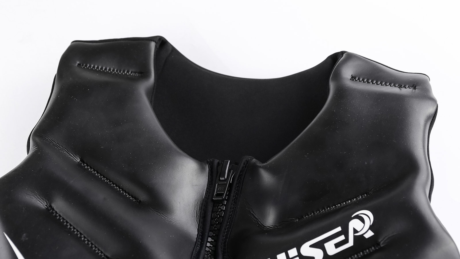 плечи и молния плавательного жилета