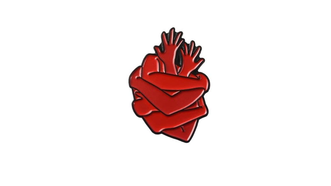 Брошь сердце-руки красного цвета