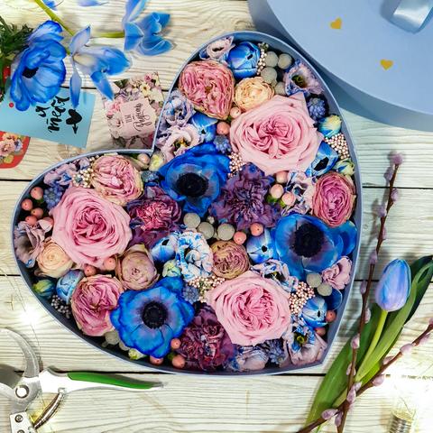 Композиция в коробке в форме сердца с крашенными цветами (диаметр 25см)