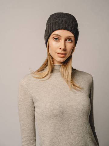 Женская шапка черного цвета из 100% кашемира - фото 5