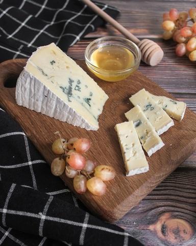 Сыр Бавария с белой и голубой плесенью, кг
