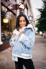 Джинсовая куртка с белым искусственным мехом оптом