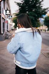 Джинсовая куртка с белым искусственным мехом купить