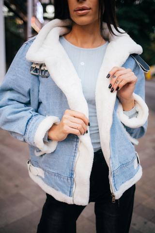 Джинсовая куртка с белым искусственным мехом Nadya