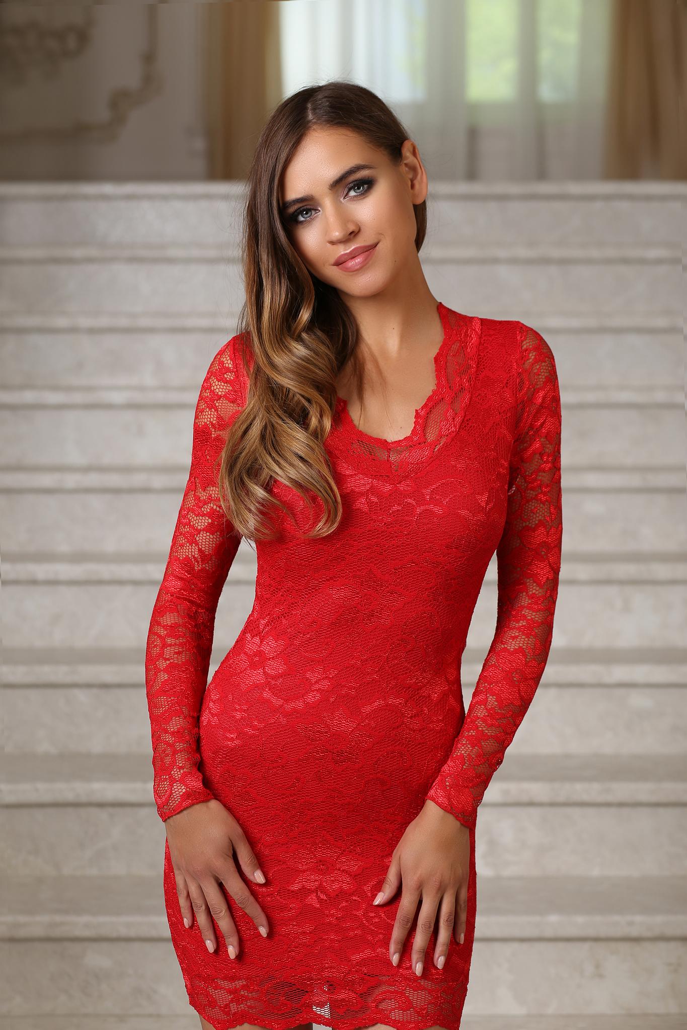 Короткое кружевное платье с рукавами