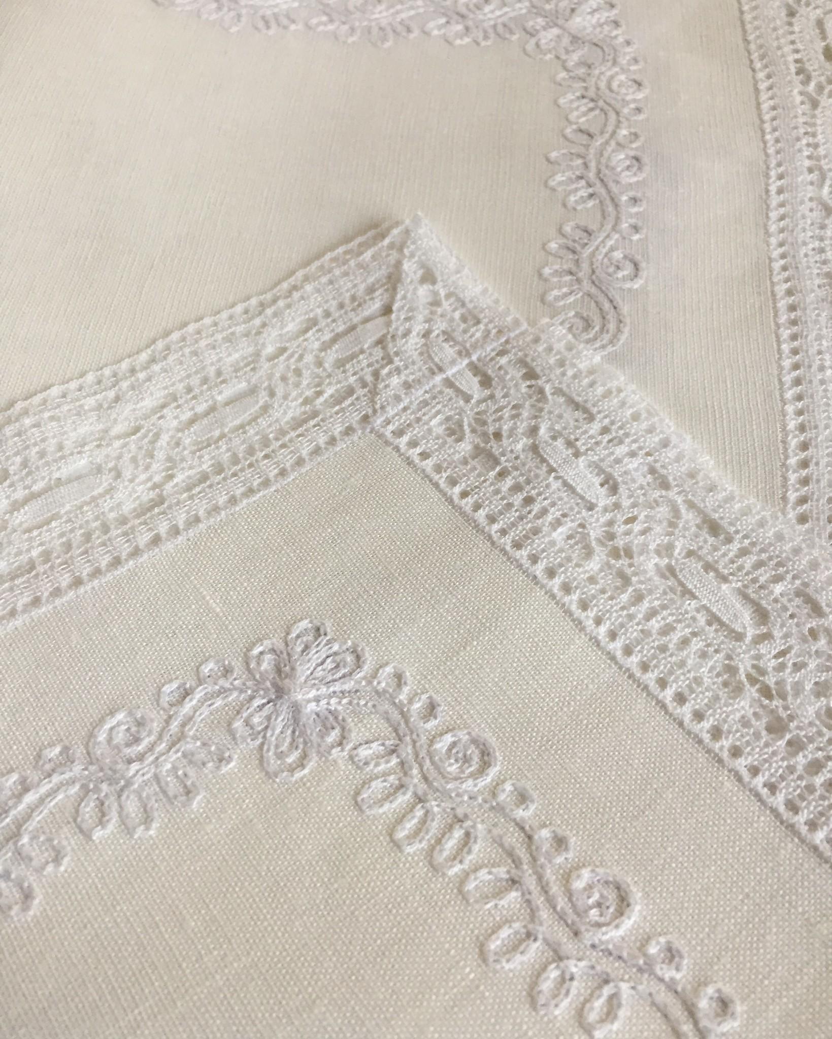Скатерть льняная белая и салфетки с кружевом и вышивкой