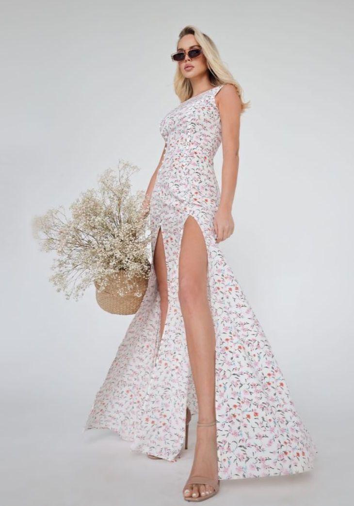 Платье с  декольте и с разрезами