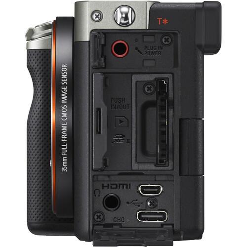 Разъёмы в фотокамере Sony A7c серебристого цвета