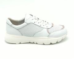 Белые кожаные кроссовки с декоративной перфорацией
