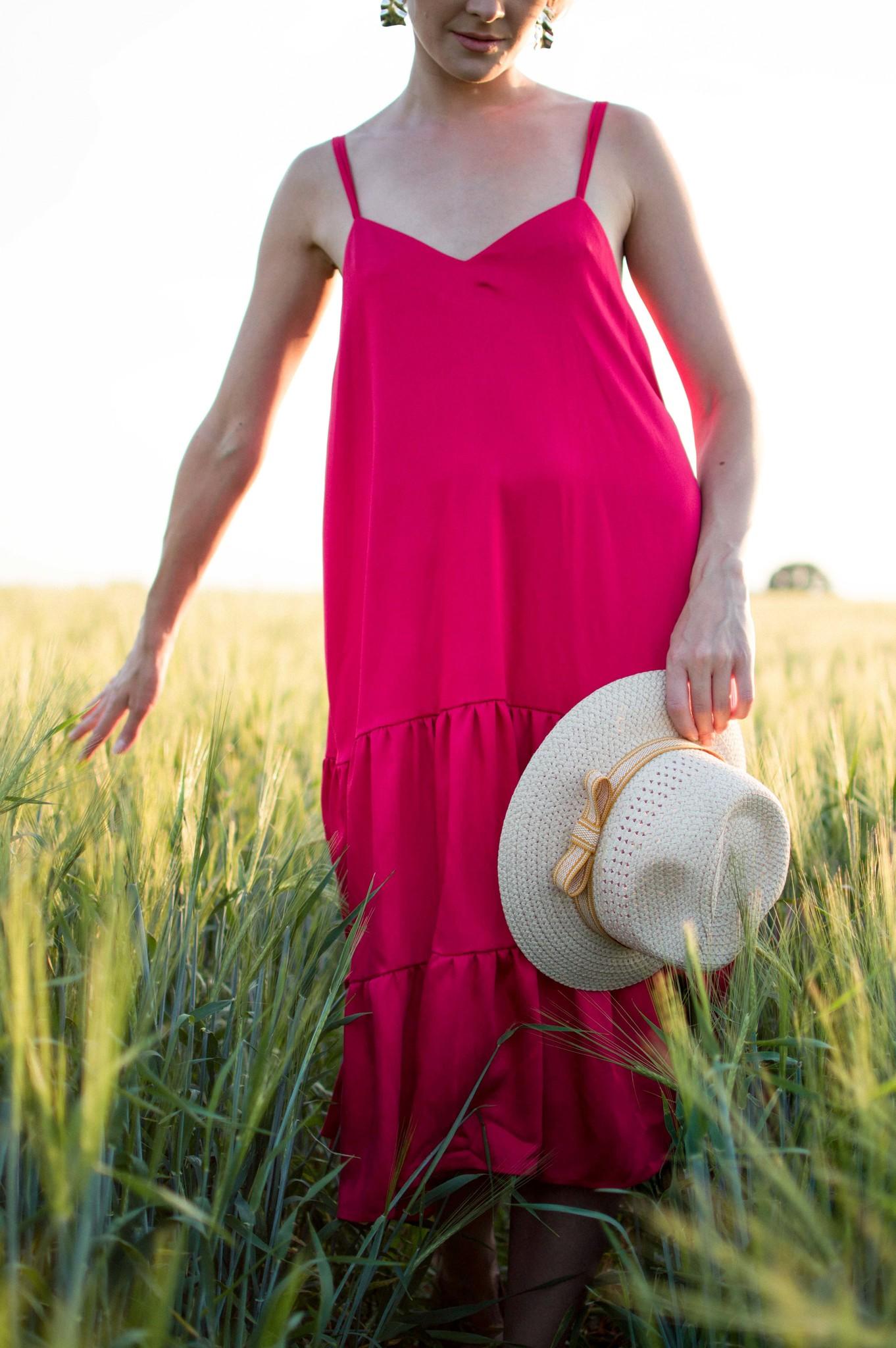 Красное платье на тонких бретелях
