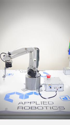 Учебный робот-манипулятор с плоско-параллельной кинематикой и комплектом навесного оборудования