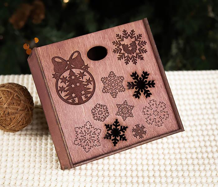 BOX204-3 Новогодняя коробка из дерева со снежинками (17*17*7 см) фото 02
