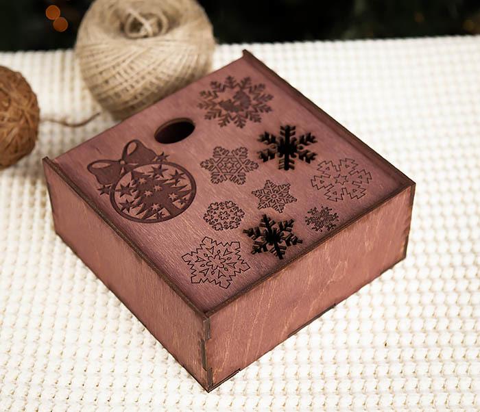 BOX204-3 Новогодняя коробка из дерева со снежинками (17*17*7 см) фото 03