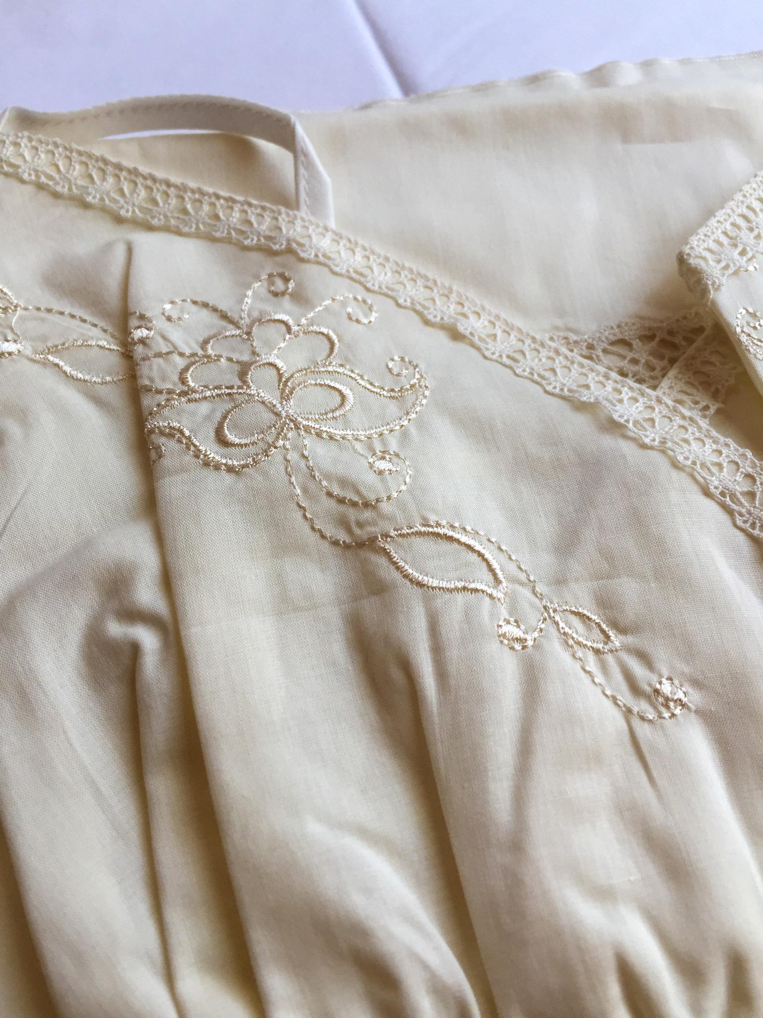 Батистовая сорочка на бретелях удлинённая с кружевной спиной