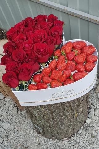 Коробочка из роз и клубники