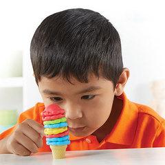 Дети играют в Набор для сортировки Собери мороженое, с карточками Learning Resources
