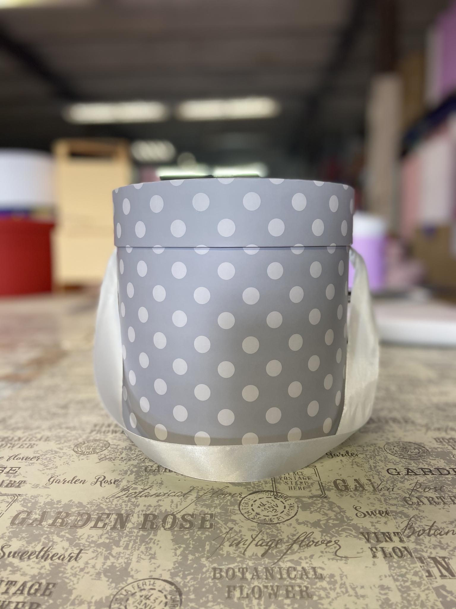 Шляпная коробка эконом вариант 22,5 см Цвет: В горох   . Розница 400 рублей .