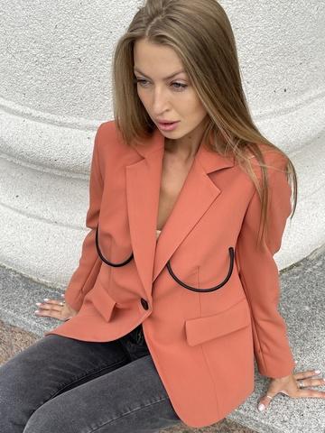 Пиджак для смелых леди приталенного кроя с отделкой из