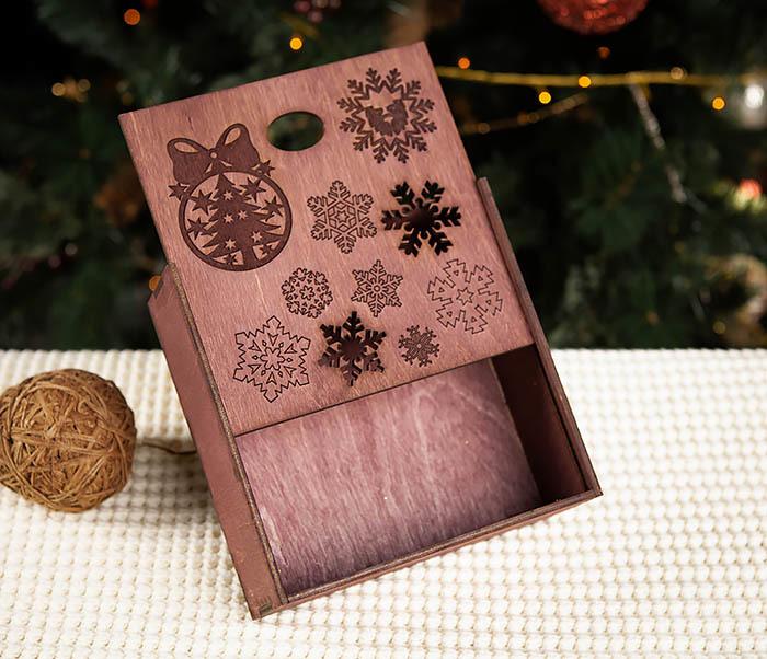 BOX204-3 Новогодняя коробка из дерева со снежинками (17*17*7 см) фото 04
