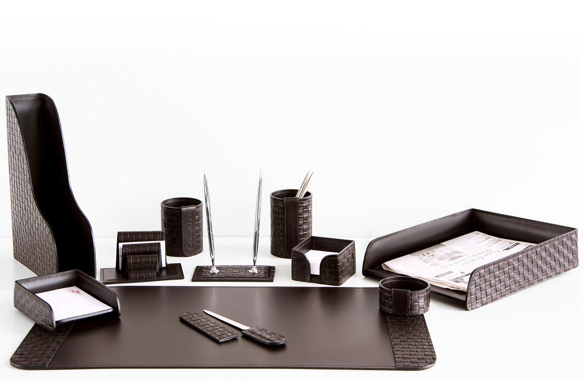 На фото набор на стол руководителя артикул 60715-EX/CT 11 предметов выполнен в цвете темно-коричневый шоколад кожи Cuoietto Treccia и Cuoietto. Возможно изготовление в черном цвете.