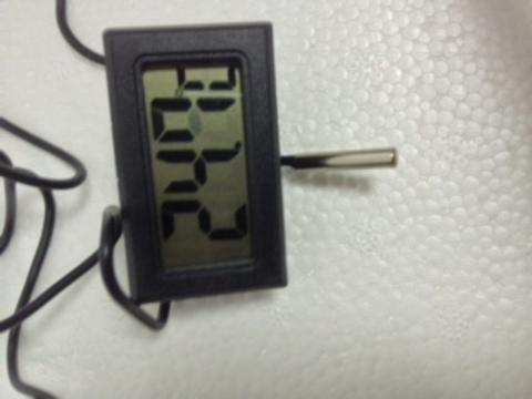 Черный термометр аквариумный цифровой.