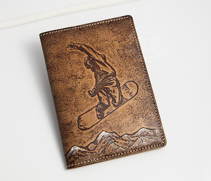 BY14-38-11 Обложна на паспорт «Сноубордист и горы» из натуральной кожи
