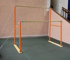 Брусья гимнастические женские разновысокие (жерди стеклопластиковые).