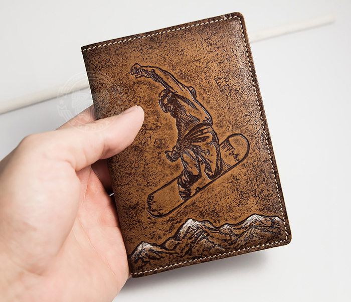 BY14-38-11 Обложна на паспорт «Сноубордист и горы» из натуральной кожи фото 03